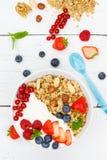 Muesli早餐水果酸牛奶草莓谷物莓果端起 免版税图库摄影