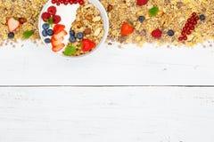 Muesli早餐水果酸牛奶草莓谷物copyspace bo 免版税库存图片