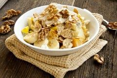 Muesli早餐用果子、酸奶和坚果 库存照片