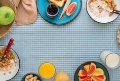 muesli框架用酸奶、各种各样的果子和多士 图库摄影