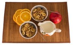 Muesli用核桃、香蕉、桔子和苹果 免版税库存照片