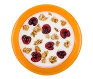 Muesli用樱桃和酸奶在白色隔绝的碗 免版税库存图片