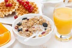 muesli用牛奶、甜奶蛋烘饼和橙汁早餐 图库摄影