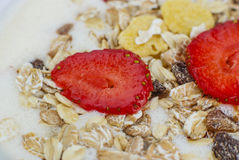 Muesli用草莓、葡萄干和牛奶 免版税图库摄影