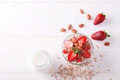 Muesli用草莓和坚果 免版税库存照片