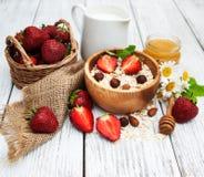 Muesli用草莓 库存照片