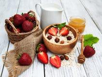 Muesli用草莓 免版税库存图片