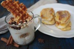 Muesli用酸奶和奶蛋烘饼在一玻璃杯,法式多士用桂香 库存照片