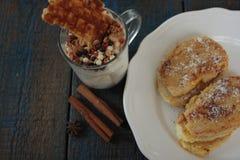 Muesli用酸奶和奶蛋烘饼在一玻璃杯,法式多士用桂香 免版税库存照片