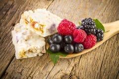 Muesli酒吧用在匙子的新鲜的莓果 库存图片