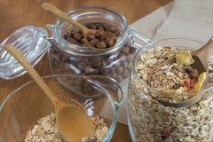 Muesli, δημητριακά προγευμάτων, δημητριακά και ρύζι σε ένα εμπορευματοκιβώτιο γυαλιού σε έναν ξύλινο πίνακα τρόφιμα αγροτικά Στοκ Εικόνες