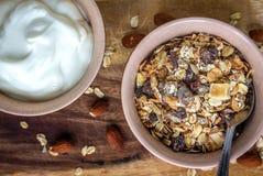 Muesli και ελληνικό γιαούρτι στοκ εικόνες