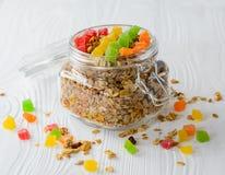 Muesli με ξηρό - φρούτα και γλασαρισμένα φρούτα Στοκ εικόνα με δικαίωμα ελεύθερης χρήσης