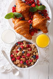 Muesli με τα μούρα και croissants, περίβολος γάλακτος και χυμού από πορτοκάλι Στοκ φωτογραφίες με δικαίωμα ελεύθερης χρήσης