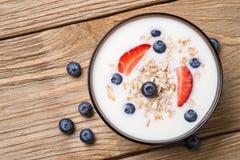 Muesli με το γιαούρτι και τα φρέσκα βακκίνια μούρων Στοκ Εικόνες