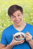 Muesli еды молодого человека стоковое изображение