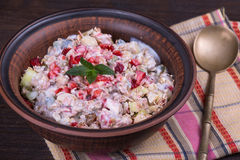 Muesli с сериями сухих плодоовощей, гаек, ягод и зерен в плите стоковое фото rf