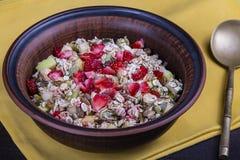 Muesli с сериями сухих плодоовощей, гаек, ягод и зерен стоковое изображение