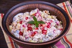 Muesli с сериями сухих плодоовощей, гаек, ягод и зерен стоковая фотография rf