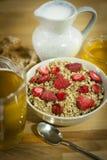 Muesli avec des grains, et une fraise Photographie stock libre de droits