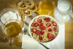 Muesli avec des grains, et une fraise Photos stock