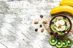 Muesli caseiro do café da manhã saudável com aveia, fruto de quivi, banana e porcas Fotografia de Stock