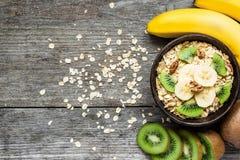 Muesli caseiro do café da manhã saudável com aveia, fruto de quivi, banana, porcas Foto de Stock Royalty Free