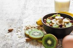 Muesli caseiro do café da manhã saudável com aveia, frutos, bagas, porcas em uma bacia Imagem de Stock Royalty Free