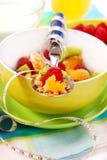 Muesli com frutas frescas como o alimento da dieta Imagens de Stock Royalty Free