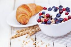 Muesli com iogurte e baga com croissant saboroso Imagem de Stock