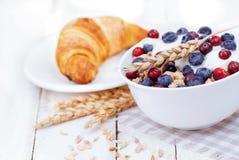 Muesli com iogurte e baga com croissant saboroso Fotografia de Stock Royalty Free