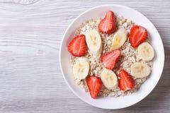 Muesli com morangos frescas e opinião superior horizontal da banana Imagem de Stock Royalty Free