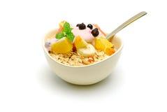 Muesli com a salada de fruta isolada Fotografia de Stock Royalty Free