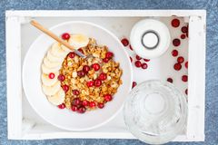 Muesli con el plátano y las bayas para el desayuno Fotos de archivo