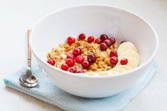 Muesli con el plátano y las bayas para el desayuno Imagen de archivo libre de regalías