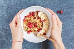 Muesli con el plátano y las bayas para el desayuno Imágenes de archivo libres de regalías