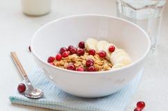 Muesli con el plátano y las bayas para el desayuno Foto de archivo