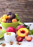 Muesli con el yogur y la fruta fresca Foto de archivo libre de regalías