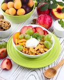 Muesli con el yogur y la fruta fresca Foto de archivo