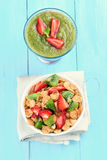 Muesli con frutta fresca ed il frullato Fotografia Stock Libera da Diritti