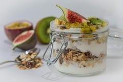 Muesli con la frutta ed il yogurt Fotografia Stock Libera da Diritti
