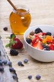 Muesli con las frutas frescas Fotografía de archivo libre de regalías
