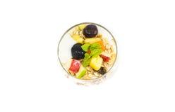 Muesli con las frutas frescas y el yogur fotografía de archivo libre de regalías