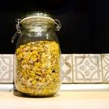 Muesli con las nueces y las frutas secadas en un tarro de cristal fotos de archivo