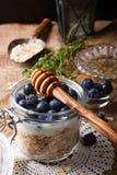 Muesli con yogurt e le bacche blu in barattolo di vetro Fotografie Stock