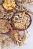Muesli, copos de maíz y trigo imagenes de archivo