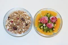 Muesli crujiente y fruta fresca Foto de archivo