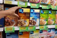 Muesli da variedade em uma loja Foto de Stock
