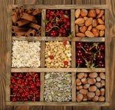 Muesli, dadi e bacche in una scatola di legno Fotografia Stock Libera da Diritti
