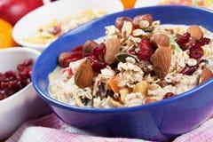 Muesli del cereal con frutos secos y tuercas Imagenes de archivo